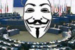 maska Guya Fawkesa na tle sali obrad plenarnych Parlamentu Europejskiego