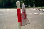 Brudna i sponiewierana flaga ze stylizowanym godłem RP