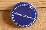 Przypięty do tablicy korkowej znaczek promujący serwis CodziennikPrawny.pl